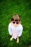 fundersam förtjusande solglasögon för flickahjärtapink Fotografering för Bildbyråer