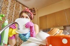 fundersam flicka i köket Arkivbild