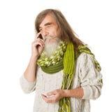 Fundersam hög gamal man. Långt hår, mustasch, skägg Arkivfoto