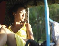 Fundersam kvinna för blandat lopp i Rickshaw arkivfoto