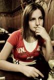 fundersam kvinna för restaurang arkivbilder