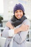 Fundersam kvinna, i att darra för vinterlag Royaltyfri Fotografi