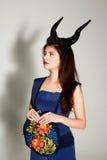 Fundersam kvinna i blåttklänning Royaltyfri Fotografi