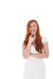 Fundersam kvinna i en stilfull vit klänning Royaltyfri Foto