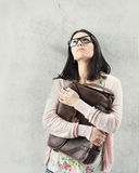 Fundersam kvinna i fördjupningsinnehavpåse. Problem på arbete. Arkivbilder