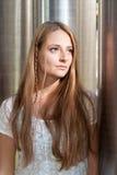 Fundersam kvinna i solljus fotografering för bildbyråer