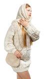 Fundersam kvinna i vita vinterkläder Arkivbild