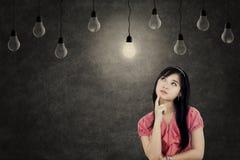 Fundersam kvinna med ljusa kulor Royaltyfria Foton