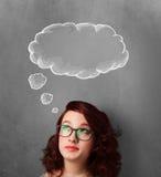 Fundersam kvinna med molnet ovanför hennes huvud arkivbilder