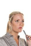Fundersam kvinna med pennan Royaltyfri Foto