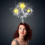 Fundersam kvinna med rök och lightbulbs ovanför hennes huvud Fotografering för Bildbyråer