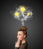 Fundersam kvinna med rök och lightbulbs ovanför hennes huvud Royaltyfri Bild
