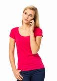 Fundersam kvinna som svarar den smarta telefonen Royaltyfria Foton