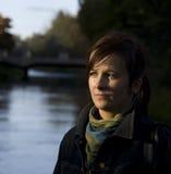 Fundersam kvinna vid floden Royaltyfri Foto