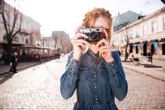 Fundersam kvinnareadngbok och drömma på beanchen utomhus royaltyfri fotografi
