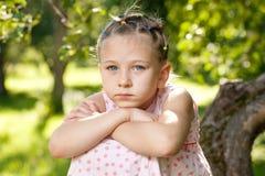 Fundersam liten flicka Arkivbild