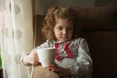 Fundersam liten flicka med en råna Royaltyfri Bild