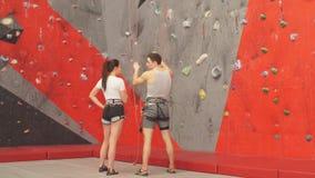Fundersam man och kvinna som analyserar rutten av att klättra stock video