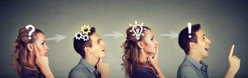 Fundersam man och kvinna som tänker lösa tillsammans ett gemensamt problem royaltyfri foto