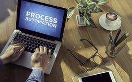 Fundersam manlig person för PROCESSAUTOMATION som ser till den digitala minnestavlaskärmen, bärbar dator royaltyfri fotografi