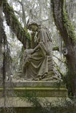 Fundersam minnesmärke i Bonaventure Cemetery Arkivbilder