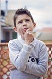 Fundersam pojke Royaltyfria Bilder