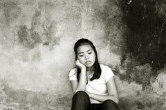 Fundersam stressad tonåring Arkivfoton