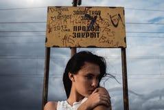Fundersam stressad ung kvinna med en röra i hennes huvud royaltyfria foton