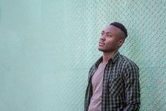 Fundersam svart manlig modell stads- livstid Eftertänksam afrikansk amerikanman utomhus, stilbegrepp royaltyfria foton