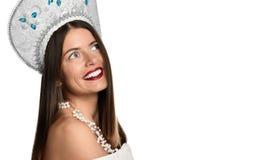 Fundersam tillfällig kvinna som ser upp - isolerat royaltyfri foto