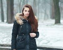 Fundersam tonårig flicka royaltyfri foto