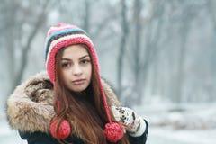 Fundersam tonårig flicka royaltyfria foton