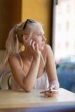 Fundersam tonårs- flicka som ut ser fönstret Royaltyfri Bild