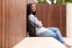 Fundersam ung afrikansk högskolaflicka Royaltyfri Bild