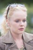 Fundersam ung blond kvinna som är ensam och Royaltyfri Fotografi