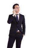 Fundersam ung Caucasian hållande mobiltelefon för affärsman Royaltyfri Fotografi