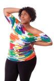 Fundersam ung fettig svart kvinna som upp ser - afrikanskt folk Royaltyfria Bilder