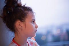 Fundersam ung flicka Arkivfoton