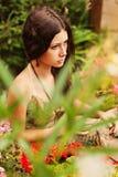 Fundersam ung flicka med brunt hår fotografering för bildbyråer