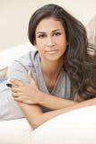 Fundersam ung latinamerikansk kvinna för härlig flicka royaltyfri bild