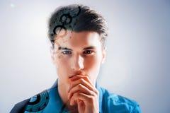 Fundersam ung man som trycker på hans kanter royaltyfri fotografi