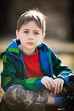 Fundersam ung pojke arkivfoton