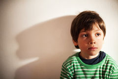 Fundersam ung pojke Fotografering för Bildbyråer