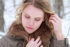 Fundersam vinterkvinnastående royaltyfri fotografi