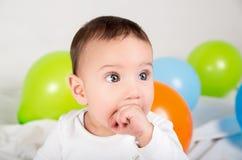 Fundersamt behandla som ett barn pojken med koncentrerad blick och Royaltyfri Bild