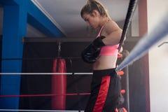 Fundersamt kvinnaanseende i boxningsring Arkivbild