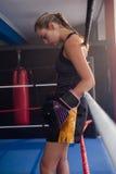 Fundersamt kvinnaanseende i boxningsring Royaltyfri Fotografi