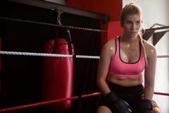 Fundersamt kvinnasammanträde i boxningsring Fotografering för Bildbyråer