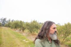Fundersamt mananseende i olivgrönt fält Royaltyfri Foto