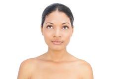 Fundersamt svart haired posera för kvinna Royaltyfria Bilder
